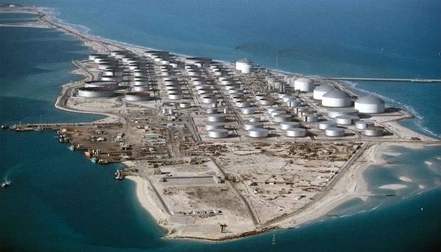 Cảng dầu lớn của Arab Saudi bị tấn công, giá dầu tăng vọt lên hơn 70 USD/thùng - Ảnh 1.