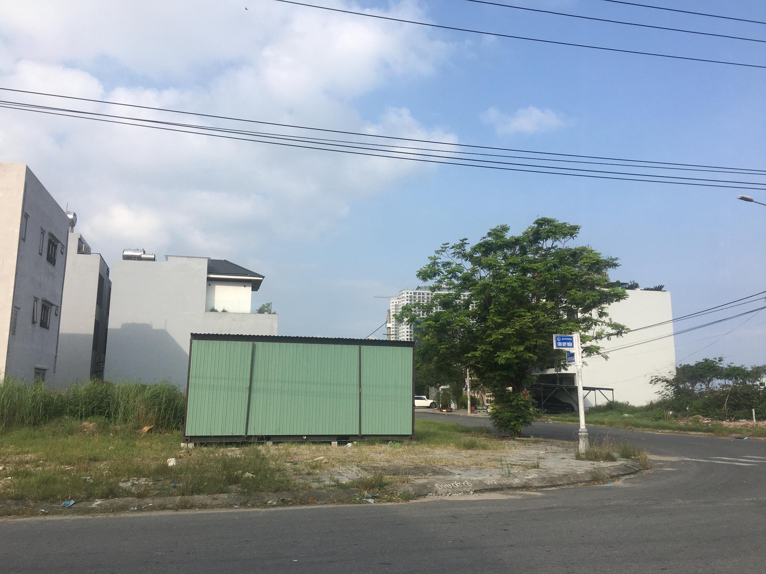 Môi giới Đà Nẵng dựng hàng loạt ki ốt không phép để kinh doanh khi cơn sốt đất diễn ra khắp nơi - Ảnh 9.