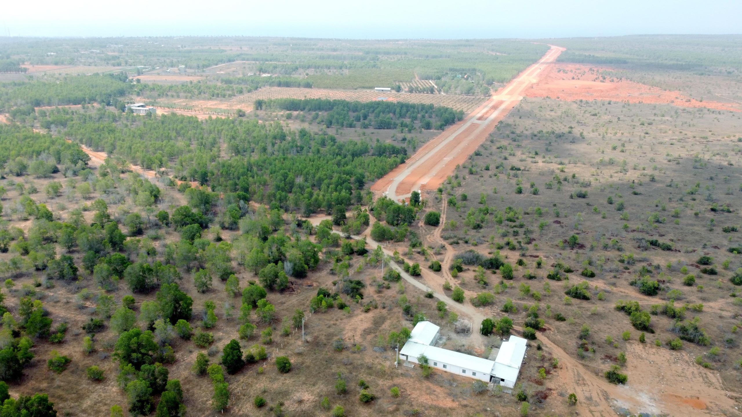 Cận cảnh sân bay Phan Thiết gây sốt đất - Ảnh 1.
