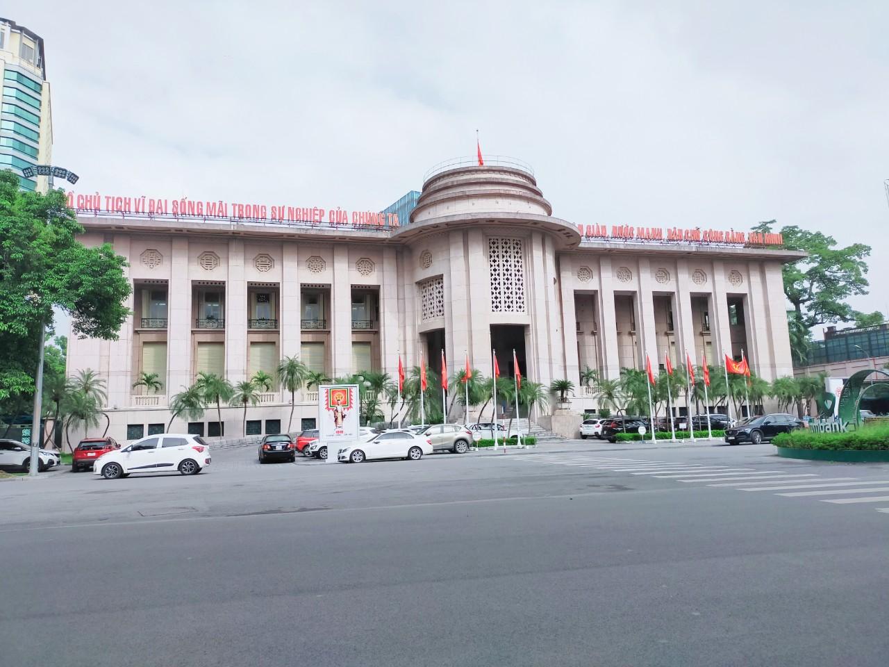 NHNN nói gì khi Mỹ đưa Việt Nam ra khỏi danh sách các nước thao túng tiền tệ? - Ảnh 1.