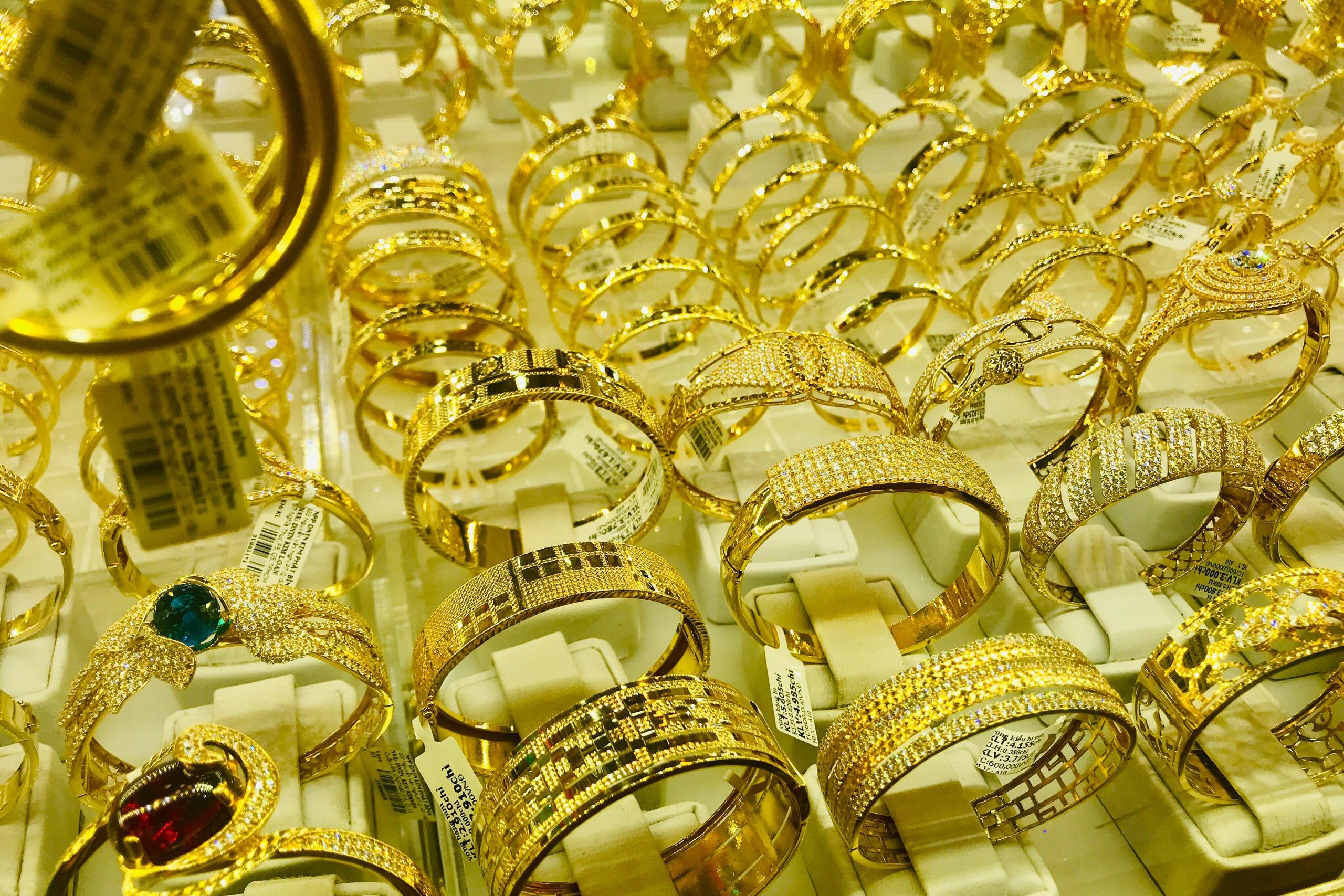 Giá vàng hụt mất 10% chỉ trong 3 tháng, nhà đầu tư nên cắt lỗ?