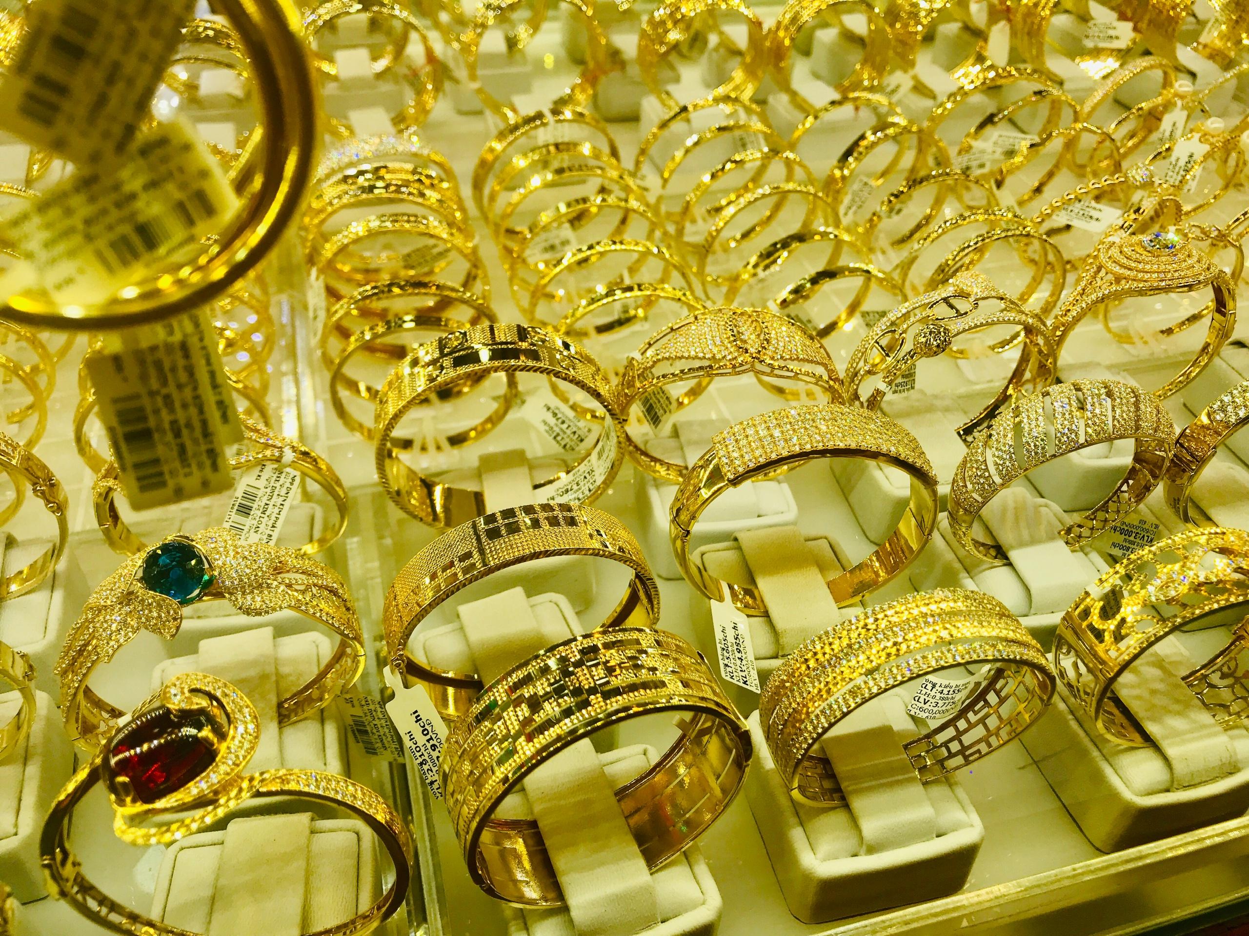 Nguyên nhân nào khiến giá vàng ồ ạt tụt dốc, nhà đầu tư có nên cắt lỗ? - Ảnh 2.