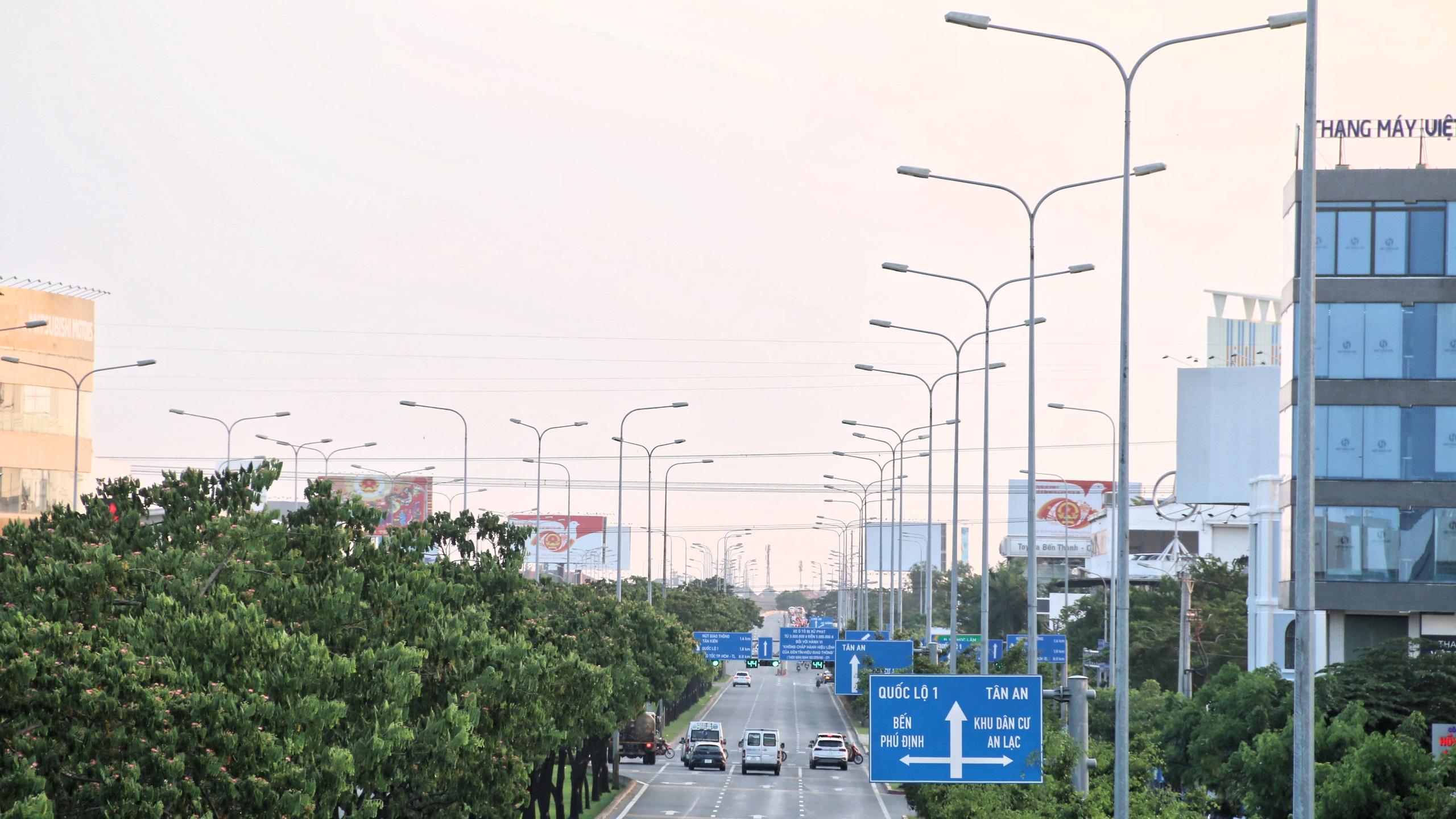 Cận cảnh Đại lộ Đông Tây của TP HCM sau gần một thập kỷ - Ảnh 2.