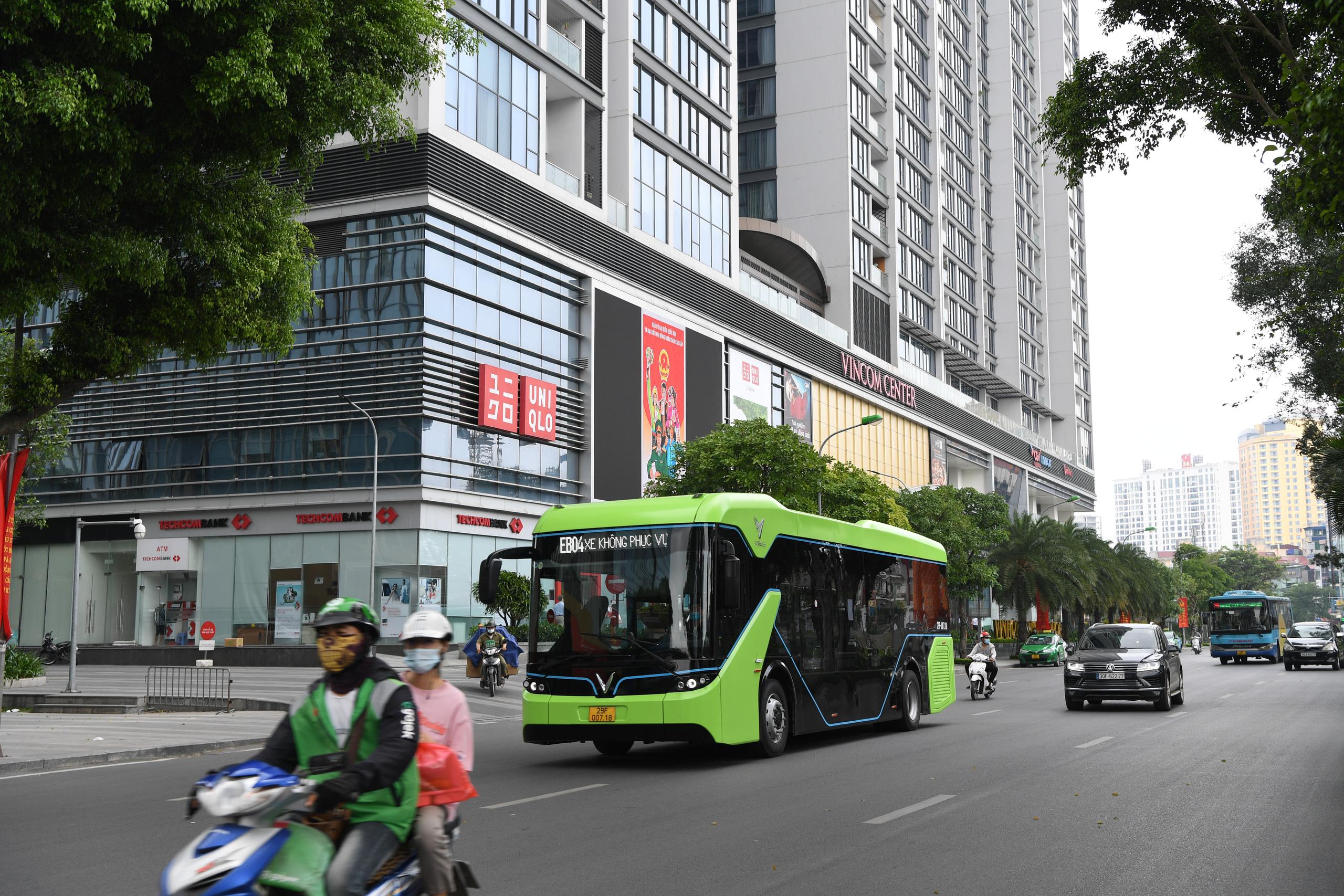 Xe bus điện bắt đầu lịch trình chạy trên các tuyến nội đô Hà Nội - Ảnh 1.