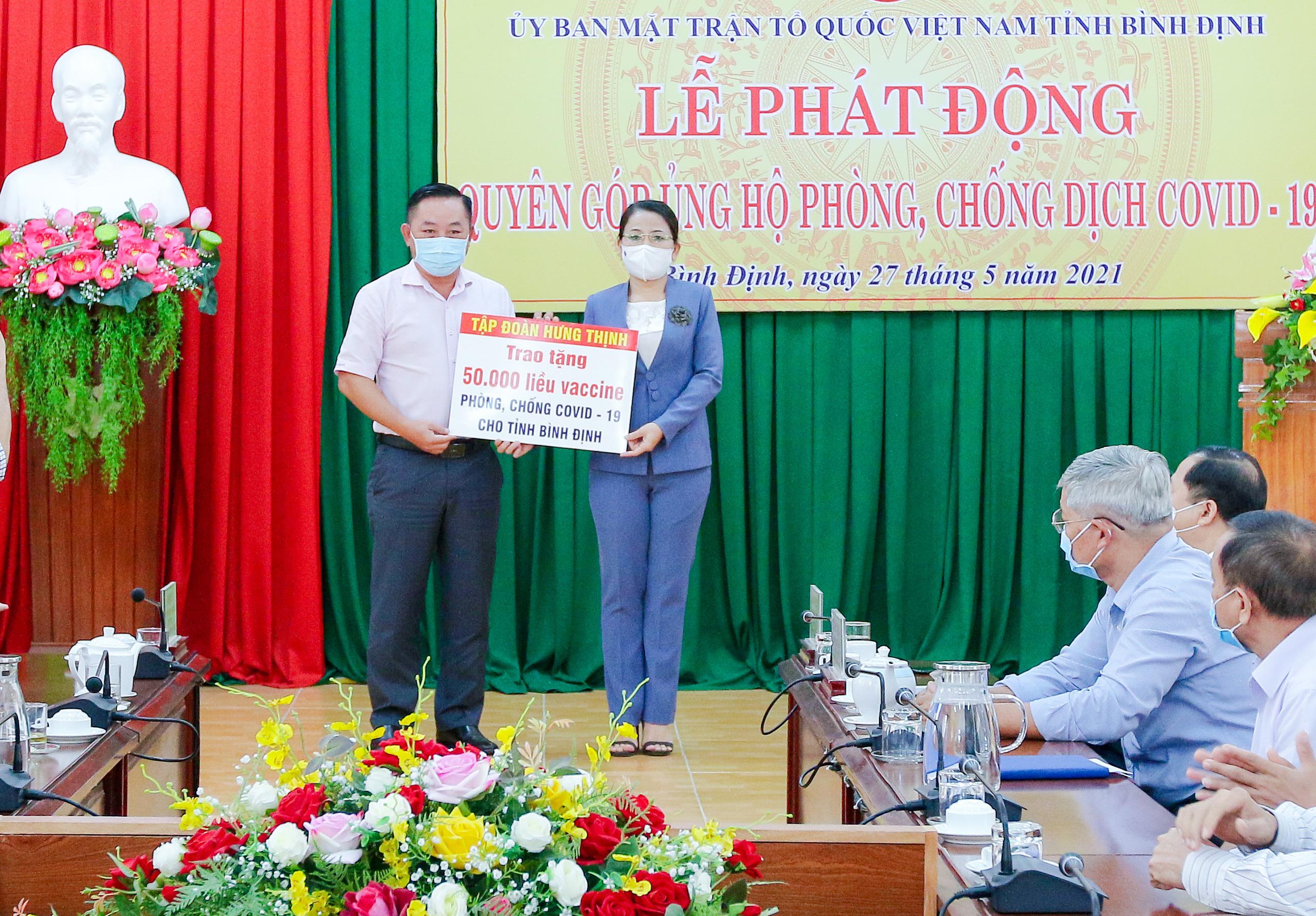 Tập đoàn Hưng Thịnh tặng 50.000 liều vắc xin phòng, chống COVID-19 cho tỉnh Bình Định - Ảnh 2.