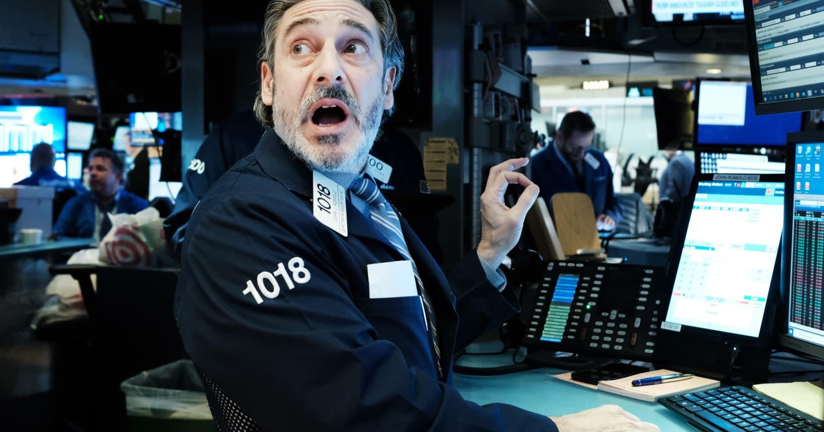 Dow Jones cắm đầu giảm 470 điểm, nhóm công nghệ được giải cứu khỏi hố sâu - Ảnh 1.