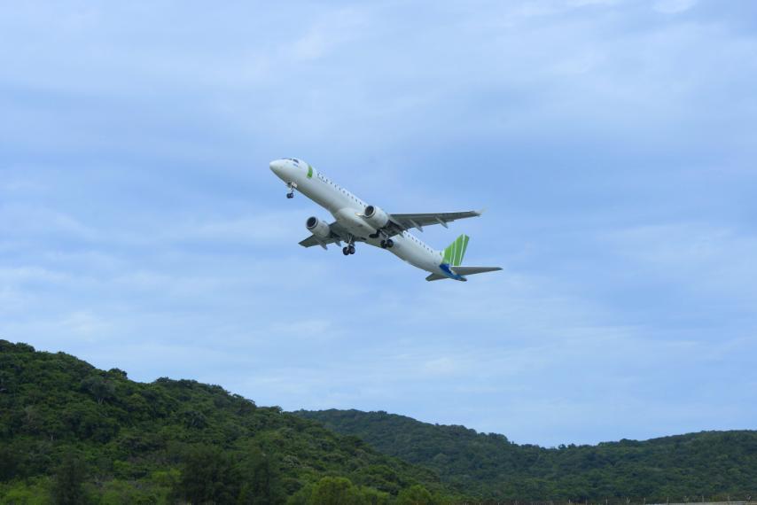 Tàu bay Bamboo Airways va phải chim, loạt chuyến bay bị hủy, chậm - Ảnh 2.
