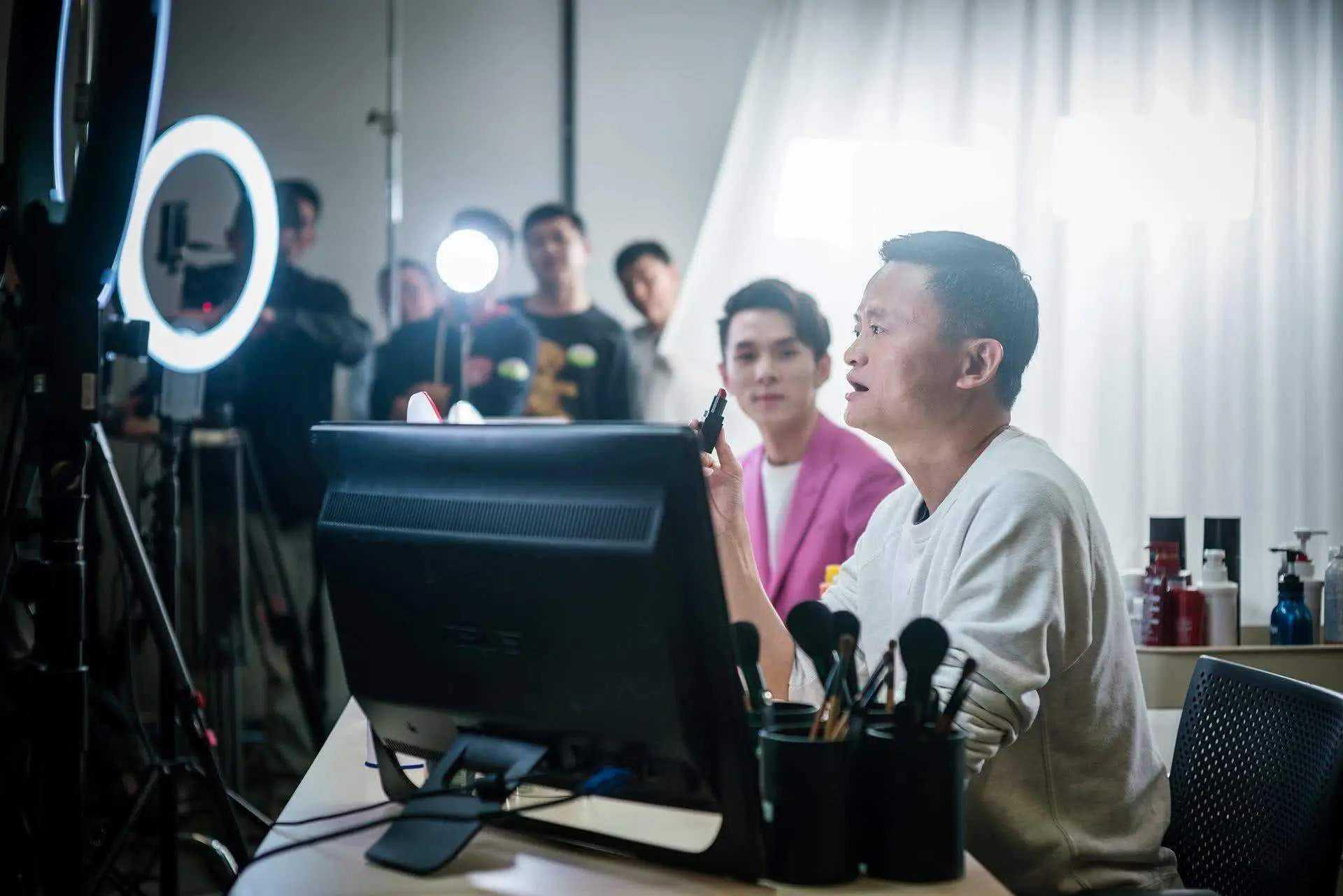 Livestream: Ngành công nghiệp tỷ đô thu hút nhà nhà người người lên sóng, tỷ phú cỡ Jack Ma cũng không chối từ - Ảnh 1.
