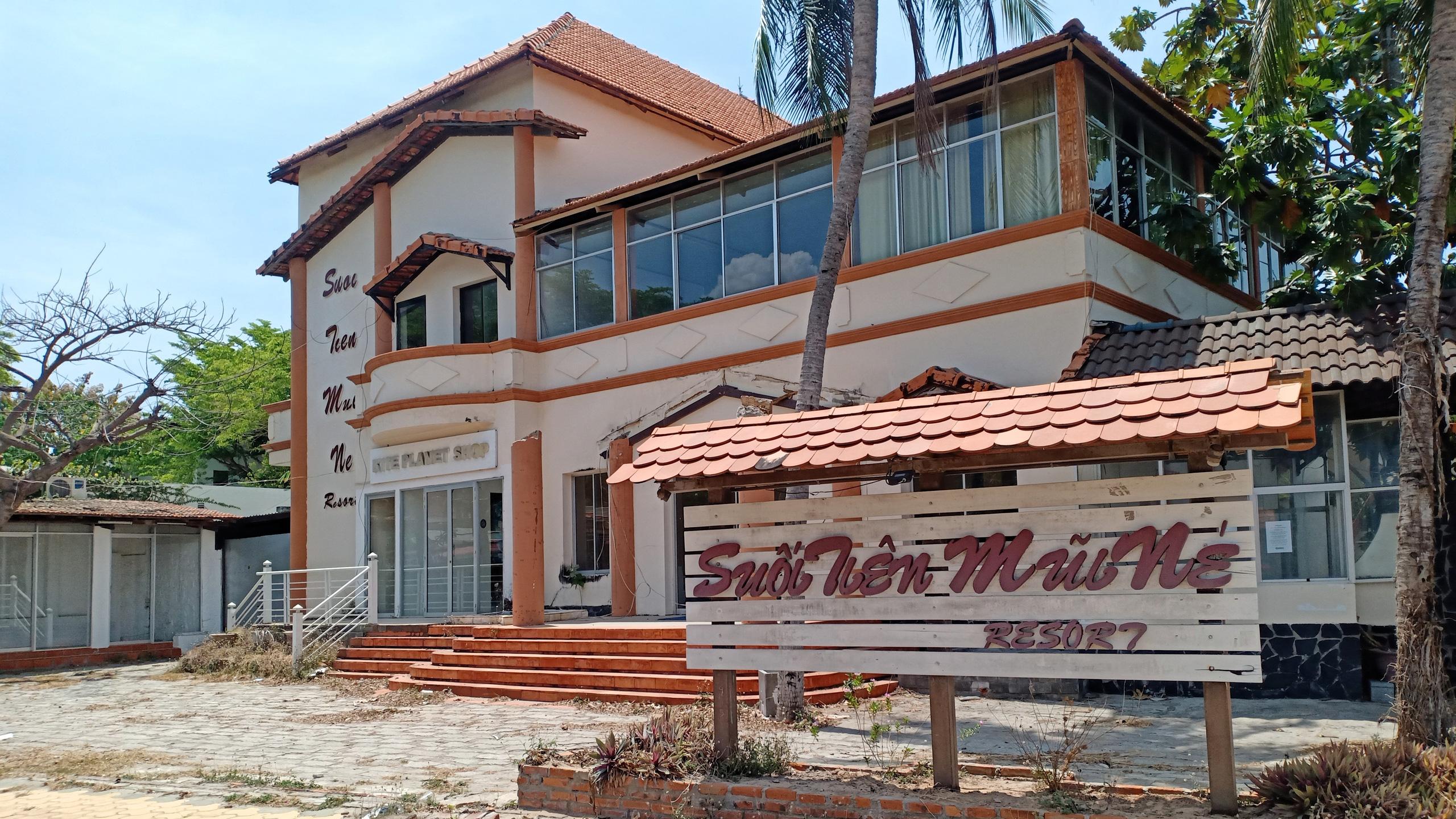 Hàng quán dọc biển Mũi Né đồng loạt 'cửa đóng then cài' - Ảnh 4.