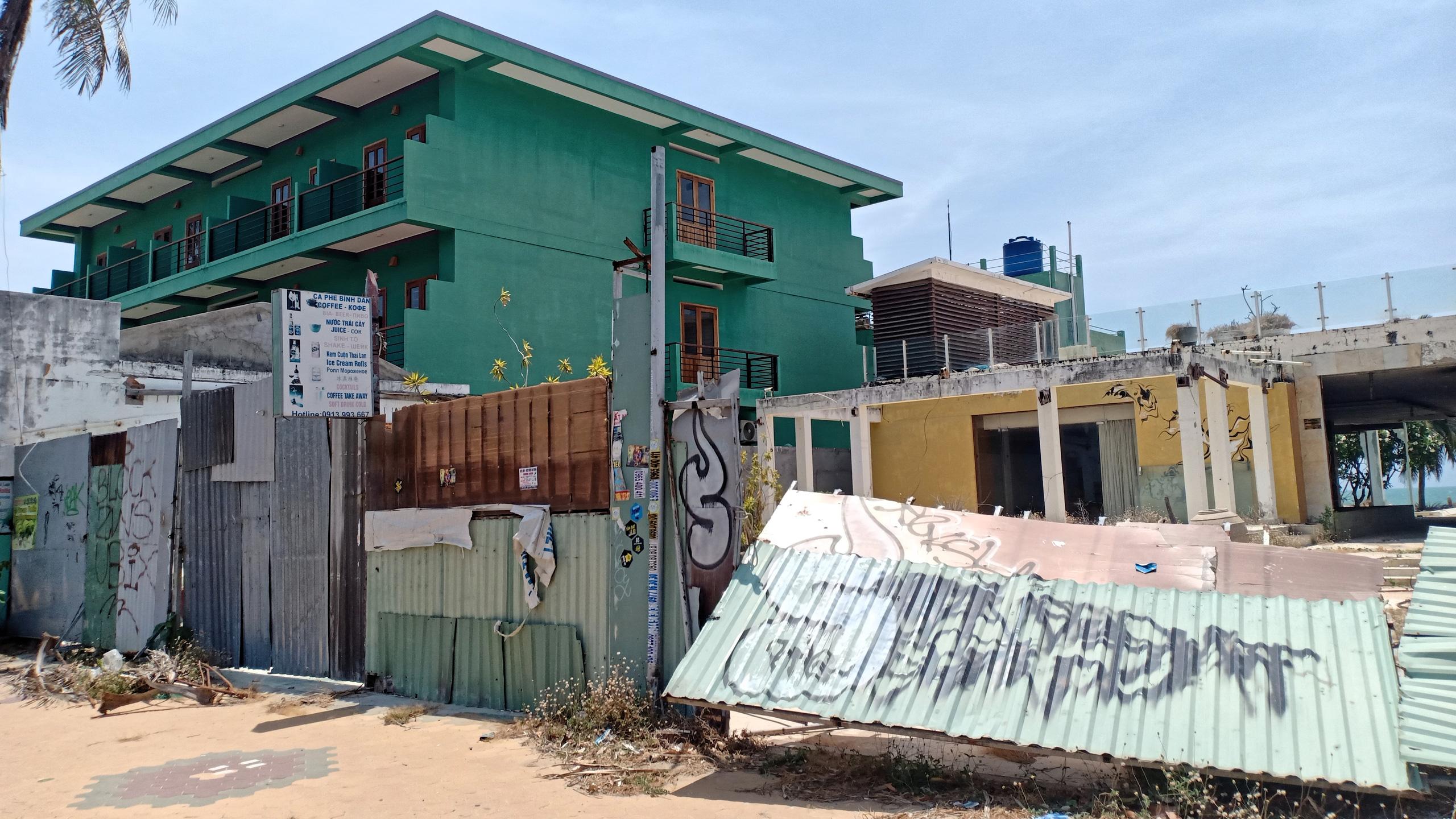 Hàng quán dọc biển Mũi Né đồng loạt 'cửa đóng then cài' - Ảnh 7.