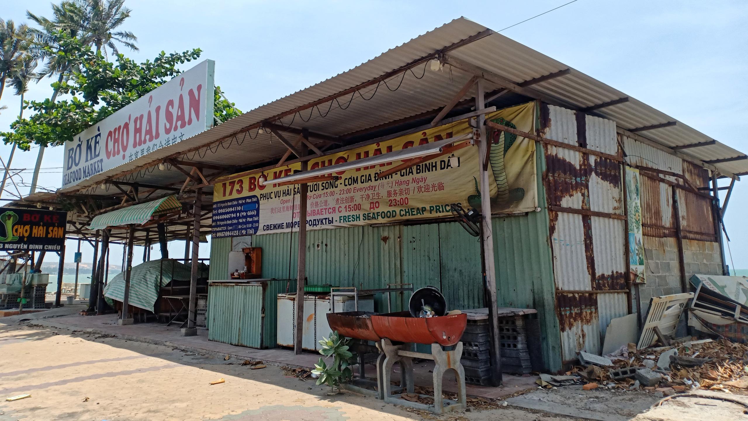Hàng quán dọc biển Mũi Né đồng loạt 'cửa đóng then cài' - Ảnh 10.