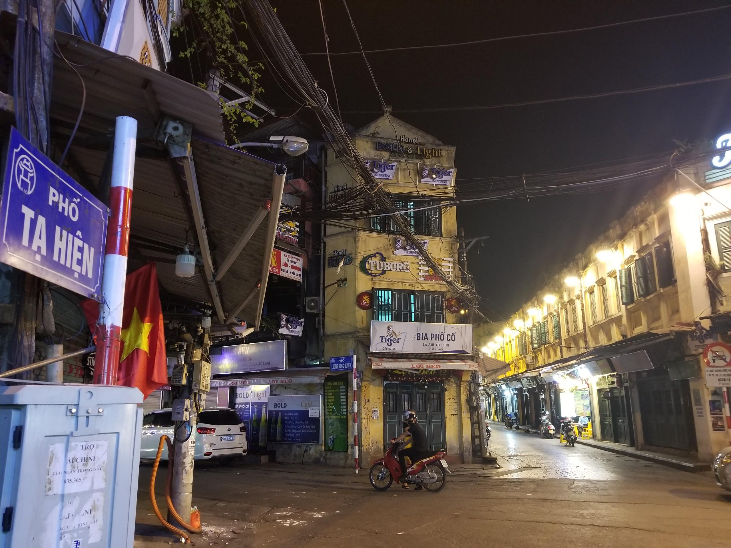 Phố cổ Tạ Hiện buồn hiu ngày dịch, hộ kinh doanh chán nản vì ế khách - Ảnh 1.