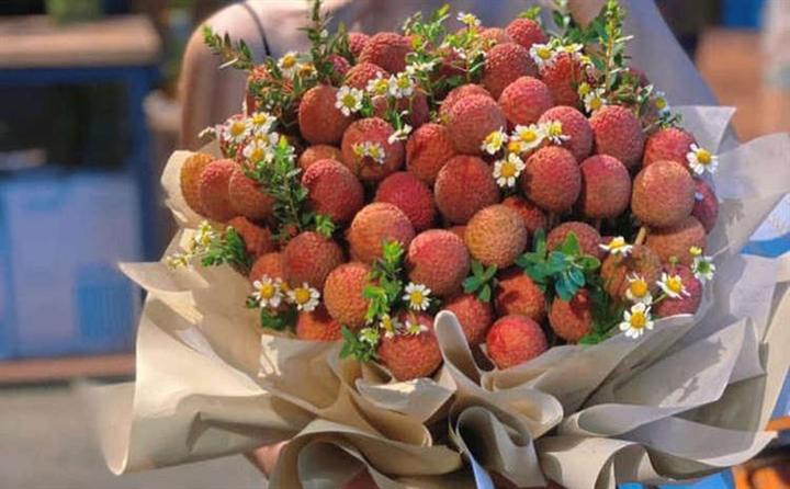 Hot trend giải cứu vải thiều giờ cũng được cửa hàng hoa tận dụng, bán nửa triệu/bó, không ngắm thì ăn cũng được - Ảnh 2.