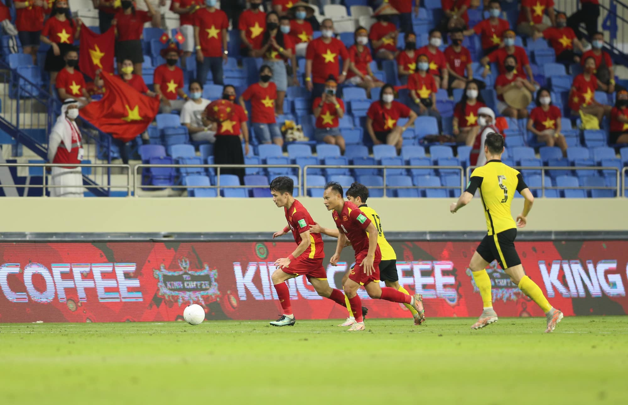Các doanh nghiệp đã chi bao nhiều tiền để xuất hiện trong trận đấu của đội tuyển Việt Nam? - Ảnh 1.