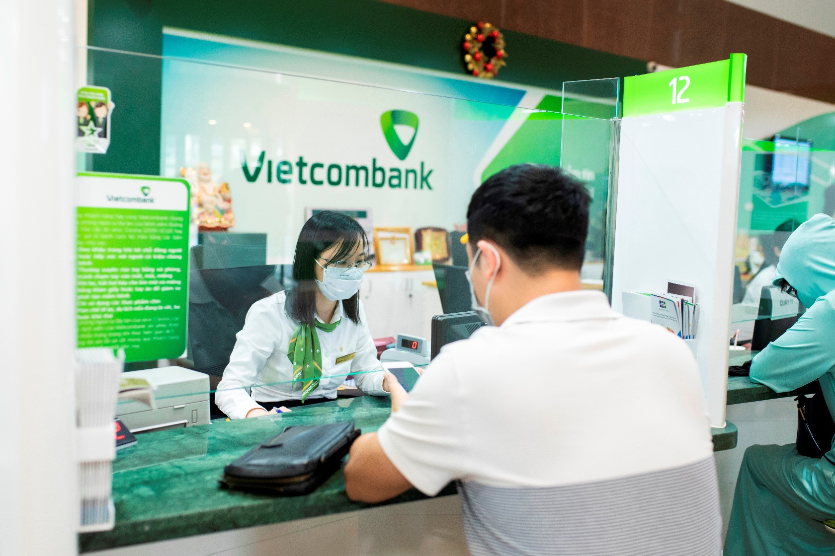 Cổ phiếu ngân hàng tuần qua: VCB dẫn đầu tăng giá, vốn hóa Vietcombank vượt 400.000 tỷ đồng - Ảnh 1.