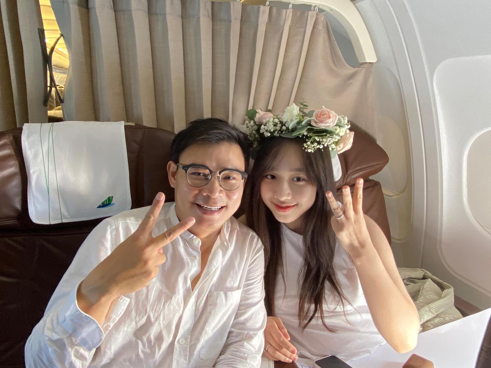 Thuê máy bay Bamboo Airways để cầu hôn nữ MC VTV24, 'triệu phú công nghệ' thành công đưa nàng thơ kém 16 tuổi về dinh - Ảnh 1.