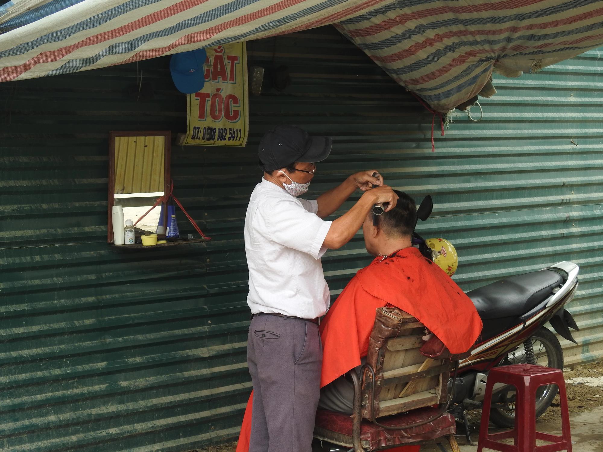 Từ 0h ngày 22/6, Hà Nội mở lại hàng cắt tóc, ăn uống tại chỗ - Ảnh 1.