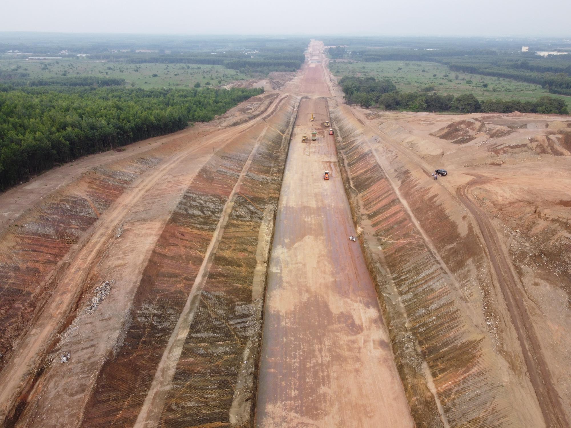 Cao tốc Phan Thiết - Dầu Giây dần lộ diện sau hơn 8 tháng thi công - Ảnh 1.