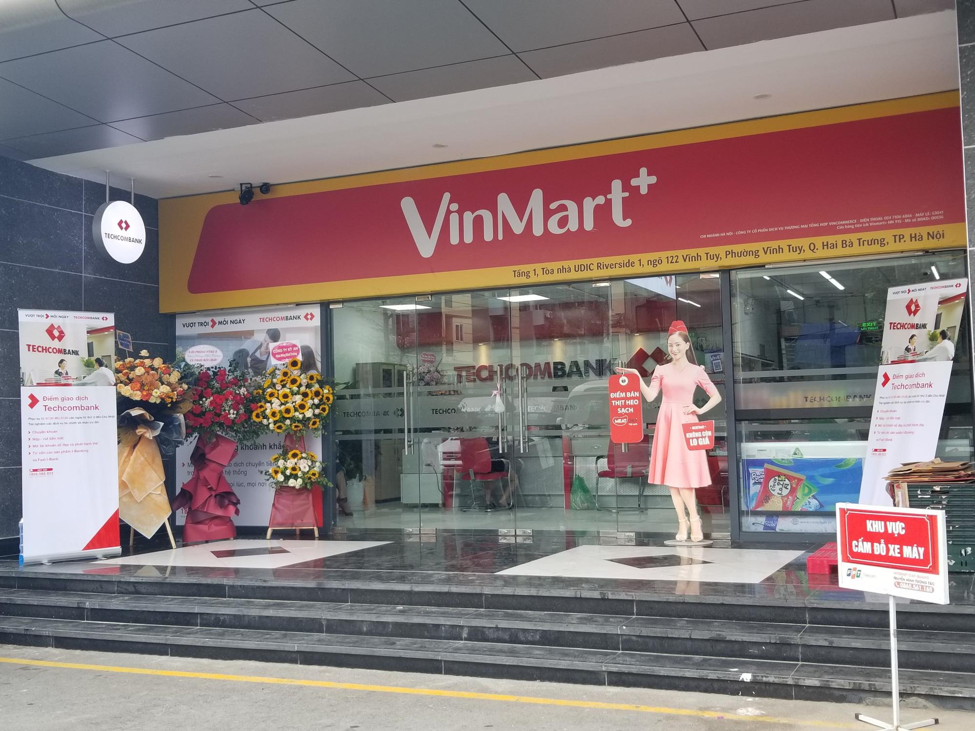 Cửa hàng VinMart+ kết hợp với dịch vụ tài chính Techcombank cùng kiosk Phúc Long lần đầu xuất hiện tại Hà Nội - Ảnh 2.