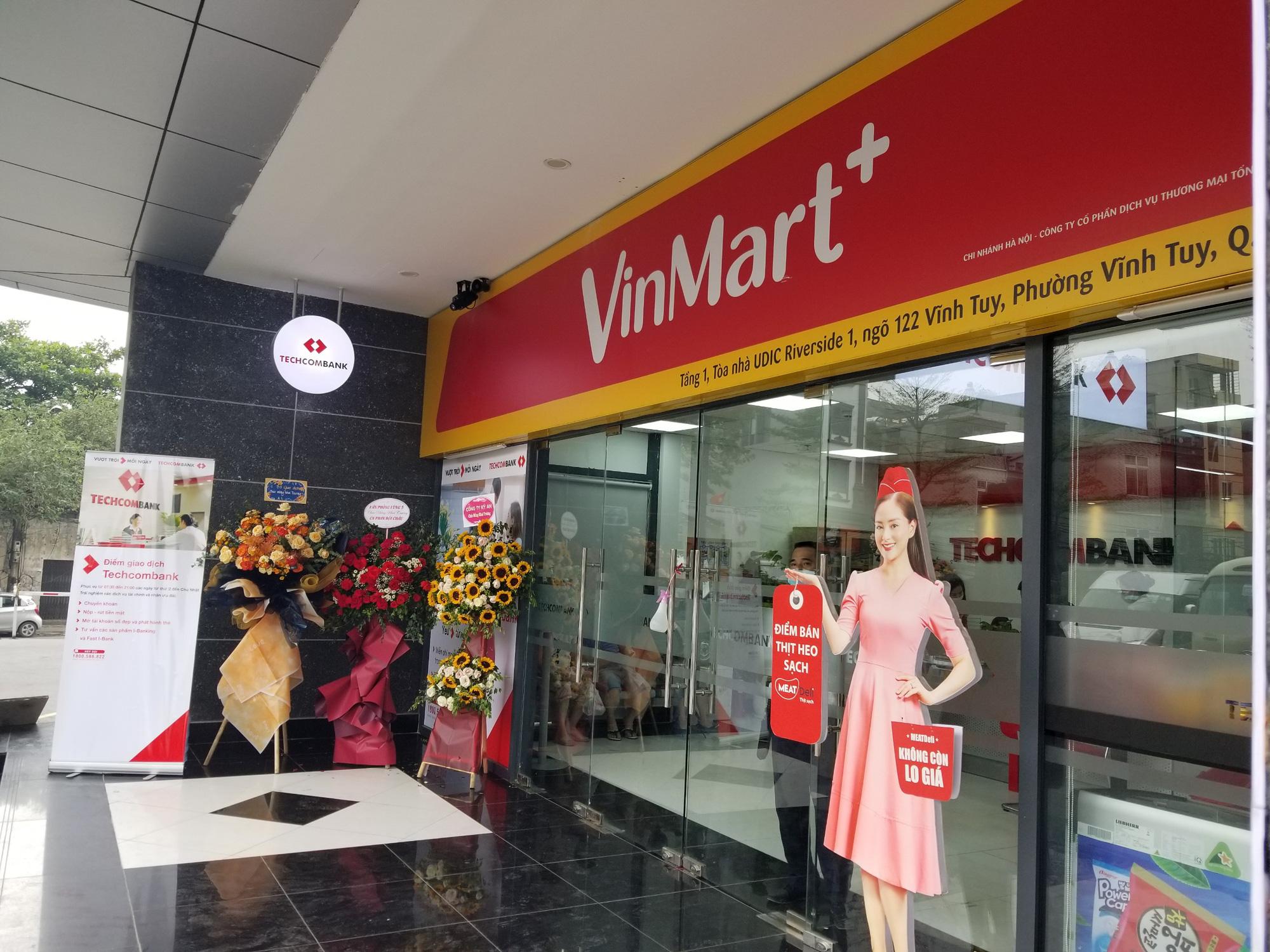 Cửa hàng VinMart+ kết hợp với dịch vụ tài chính Techcombank cùng kiosk Phúc Long lần đầu xuất hiện tại Hà Nội - Ảnh 3.