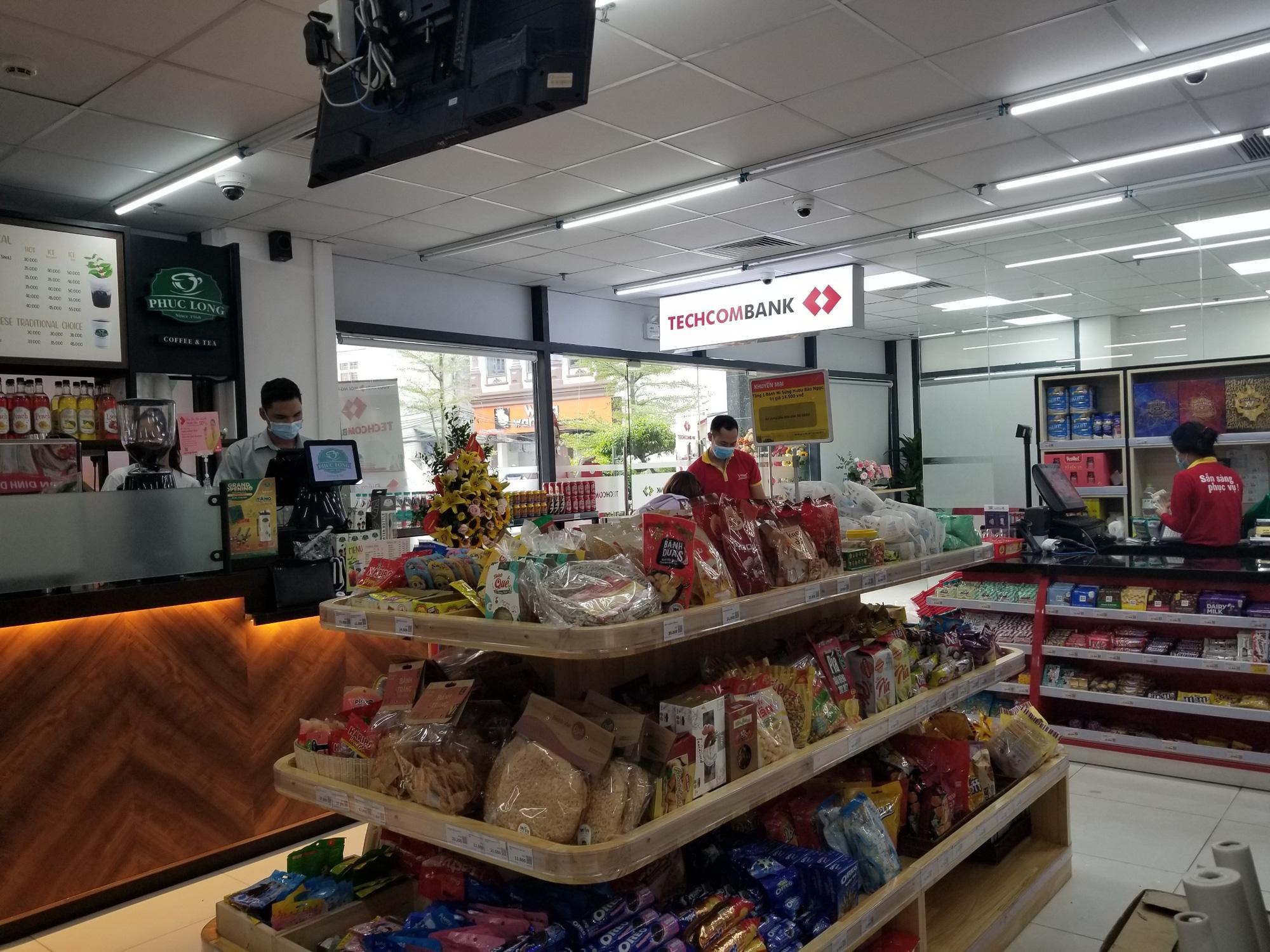Cửa hàng VinMart+ kết hợp với dịch vụ tài chính Techcombank cùng kiosk Phúc Long lần đầu xuất hiện tại Hà Nội - Ảnh 6.