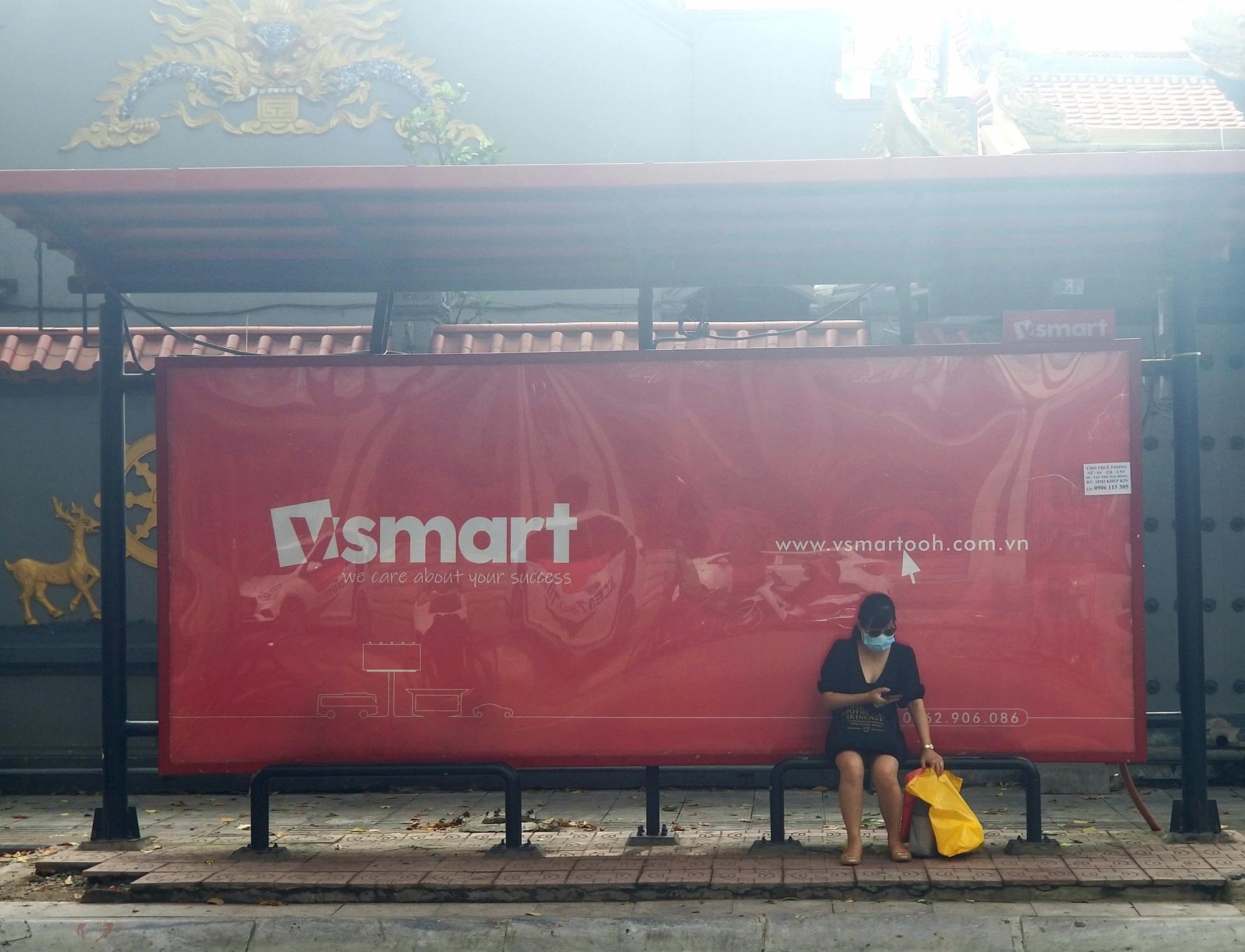 Xuất hiện biển quảng cáo có nét tương đồng với thương hiệu smartphone VSmart ở trên đường phố thủ đô - Ảnh 1.