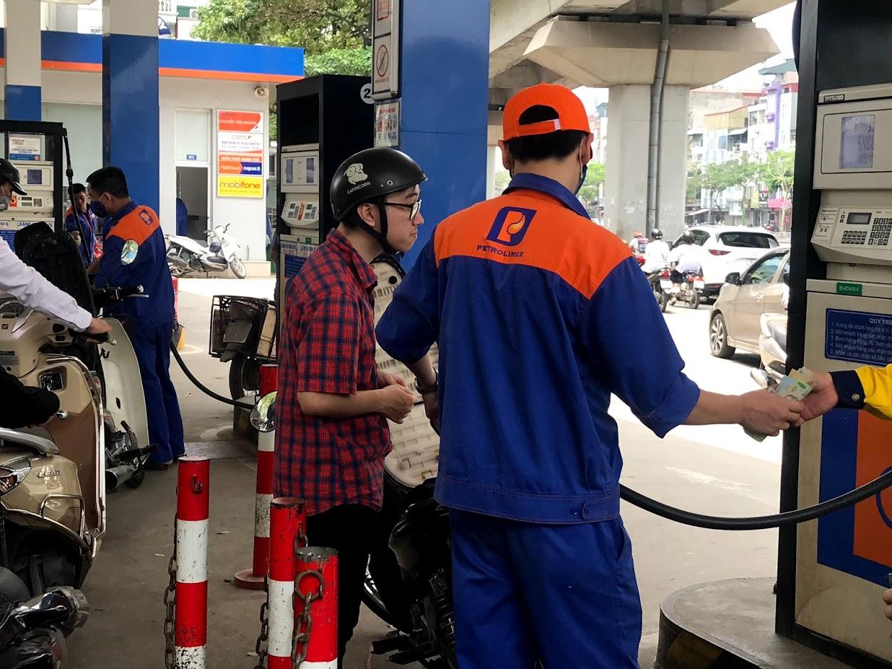 Giá xăng tăng khiến doanh nghiệp vận tải, người tiêu dùng gặp khó - Ảnh 1.