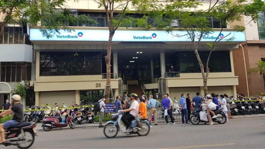 Nữ nhân viên ngân hàng nhiễm COVID-19 chỉ ở trong Hà Nội hai tháng nay - Ảnh 1.