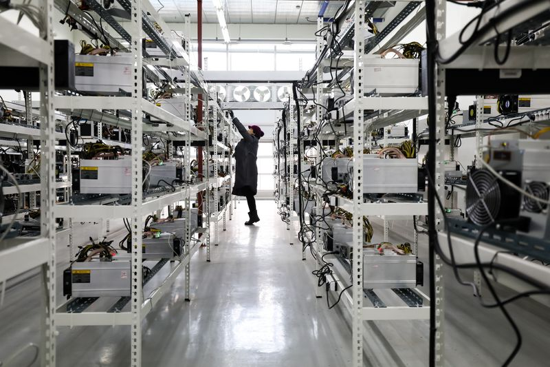 Từ Trung Quốc, thợ đào bitcoin lặn lội đường xa tìm miền đất hứa - Ảnh 1.