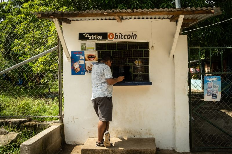 Từ Trung Quốc, thợ đào bitcoin lặn lội đường xa tìm miền đất hứa - Ảnh 6.