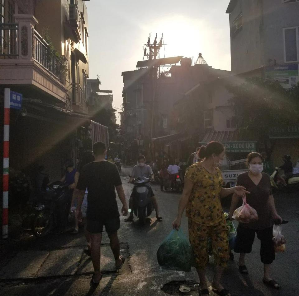 Dân Hà Nội đi chợ kiểu: 'Chị chả cần tích trữ, ngày nào chị cũng đi chợ' - Ảnh 2.