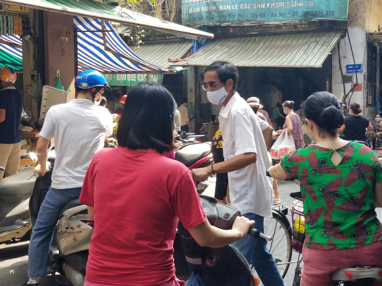 Dân Hà Nội đi chợ kiểu: 'Chị chả cần tích trữ, ngày nào chị cũng đi chợ' - Ảnh 6.