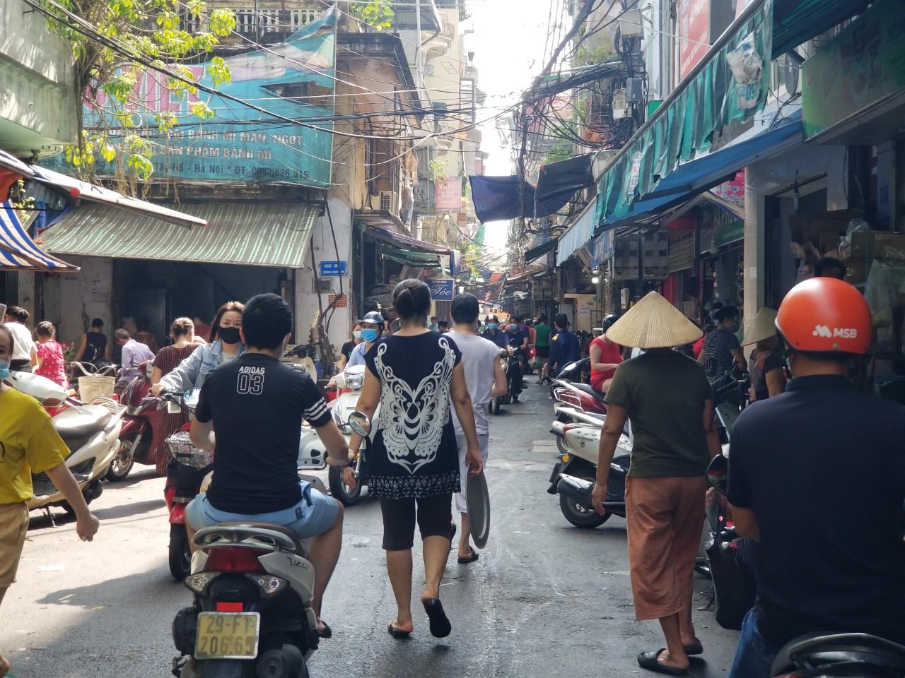 Dân Hà Nội đi chợ kiểu: 'Chị chả cần tích trữ, ngày nào chị cũng đi chợ' - Ảnh 7.