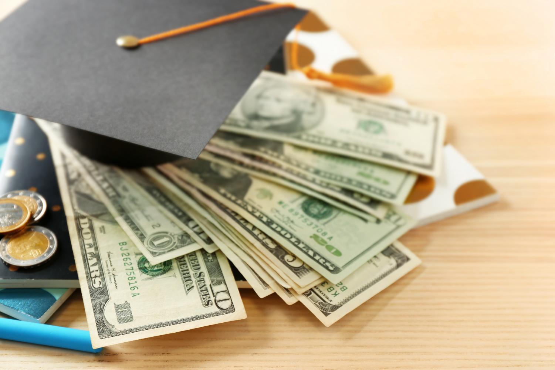 Cách tiết kiệm cho việc học đại học của con bạn - Ảnh 1.