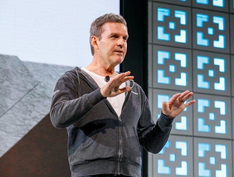 """Cựu giám đốc điều hành đám mây của Amazon đầu quân cho """"đối thủ không đội trời chung"""" Microsoft - Ảnh 1."""