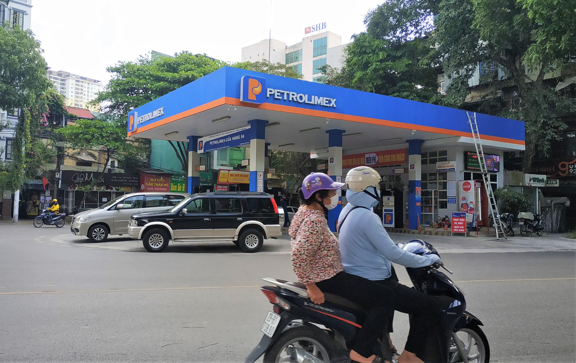 Quán quân doanh thu quý II: Không phải các ông lớn bất động sản, ngân hàng mà là đại gia xăng dầu Petrolimex - Ảnh 1.