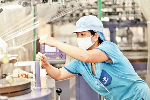 Doanh nghiệp dệt may gây ấn tượng nửa đầu năm, dồi dào đơn hàng đến hết năm  - Ảnh 1.