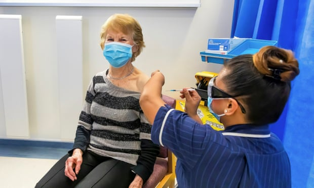 Đối tượng nào được ưu tiên tiêm vắc xin COVID-19 trên thế giới? - Ảnh 1.