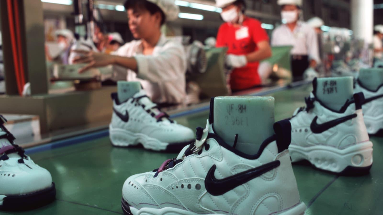 Adidas, Nike, Under Armour gặp khó khi các nhà máy ở Việt Nam đóng cửa - Ảnh 1.