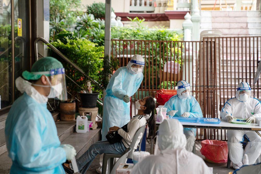 Có thể không xóa sổ được virus, COVID-19 sẽ thành bệnh cần tiêm vắc xin thường xuyên - Ảnh 3.