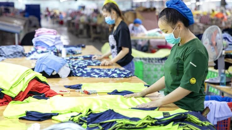 CNBC: Giới bán lẻ gánh tạ vì giãn cách kéo dài, vị thế trung tâm sản xuất của Việt Nam lung lay - Ảnh 1.