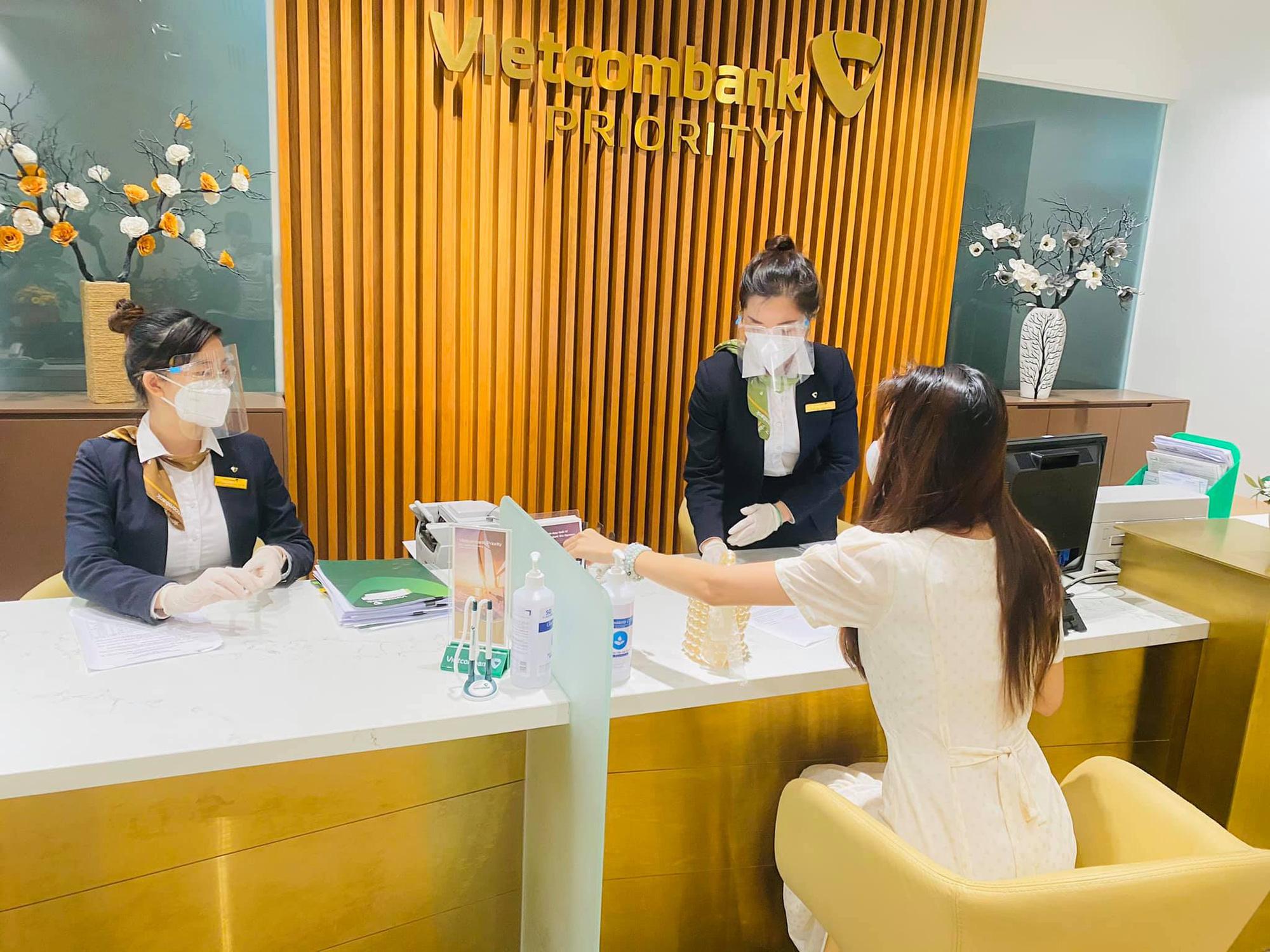 Vợ chồng Thủy Tiên phải chi bao nhiêu tiền để in 18.000 trang sao kê tại ngân hàng Vietcombank? - Ảnh 1.