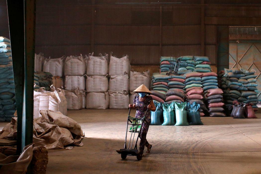 WSJ: Nguồn cung cà phê, thiếc đứt đoạn khi sóng COVID ập đến Việt Nam và châu Á - Ảnh 2.