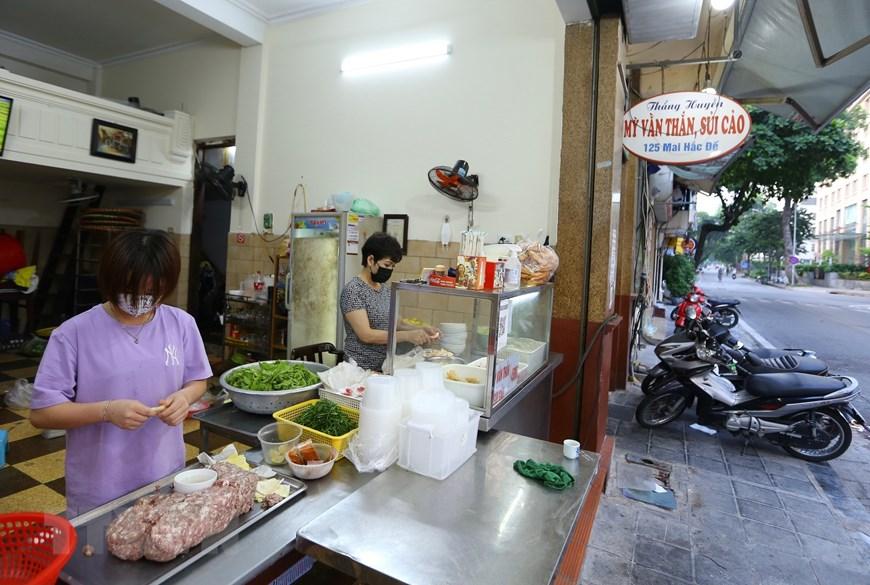 Hàng quán tại Hà Nội mở cửa đón khách sau nới lỏng giãn cách - Ảnh 2.