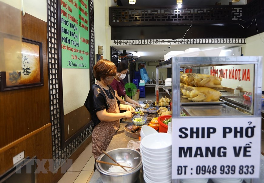 Hàng quán tại Hà Nội mở cửa đón khách sau nới lỏng giãn cách - Ảnh 3.