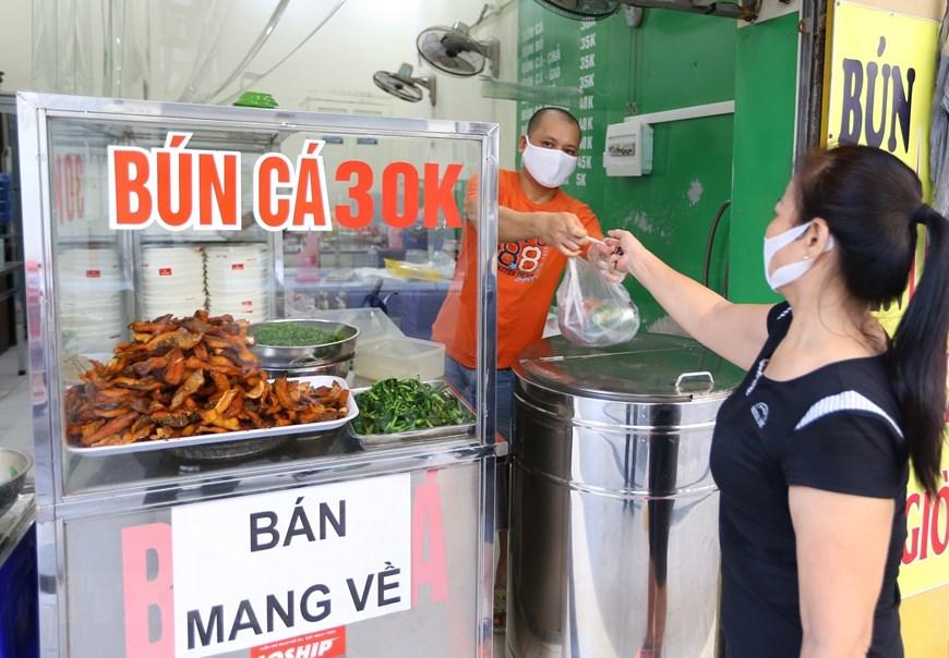 Hàng quán tại Hà Nội mở cửa đón khách sau nới lỏng giãn cách - Ảnh 6.