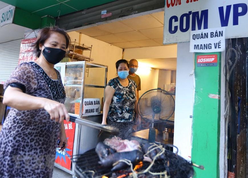 Hàng quán tại Hà Nội mở cửa đón khách sau nới lỏng giãn cách - Ảnh 7.