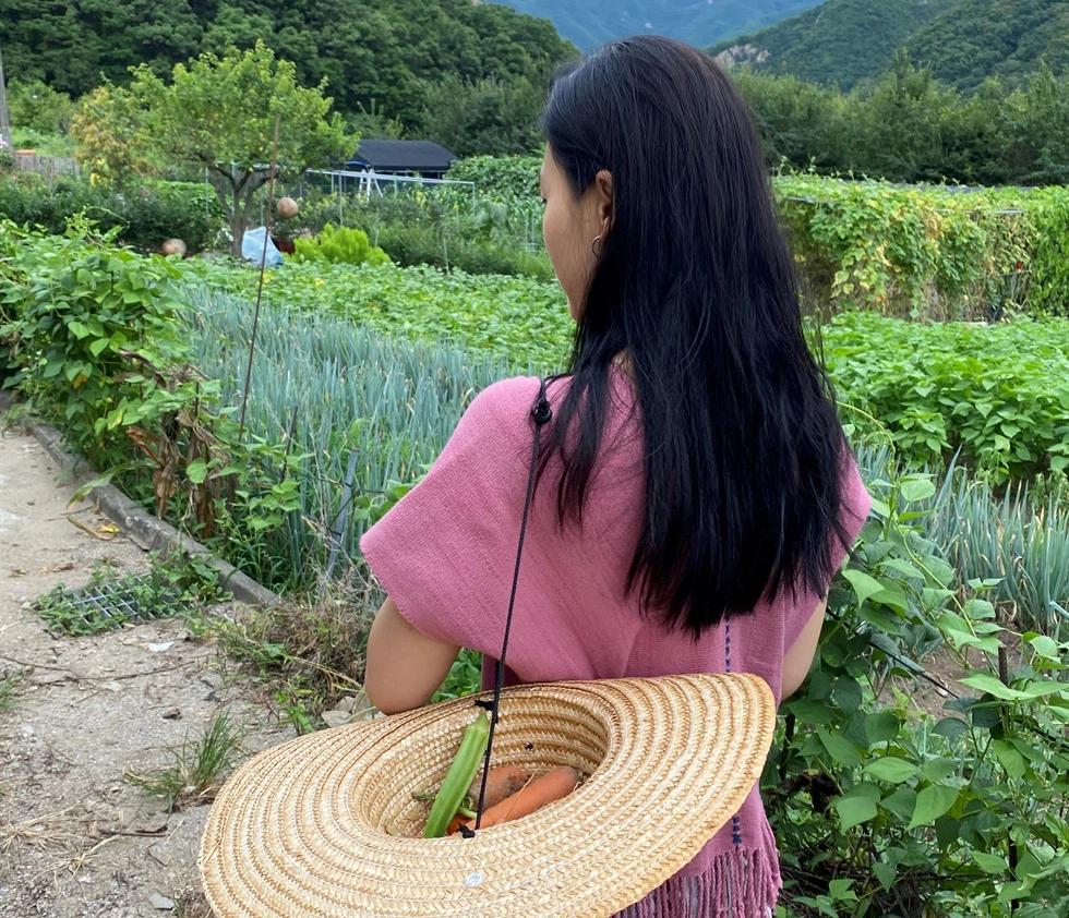 Không đi du lịch giải tỏa stress, giới trẻ Hàn Quốc lựa chọn lối sống '5 ngày ở thành phố, 2 ngày ở nông thôn', hòa mình với thiên nhiên - Ảnh 1.