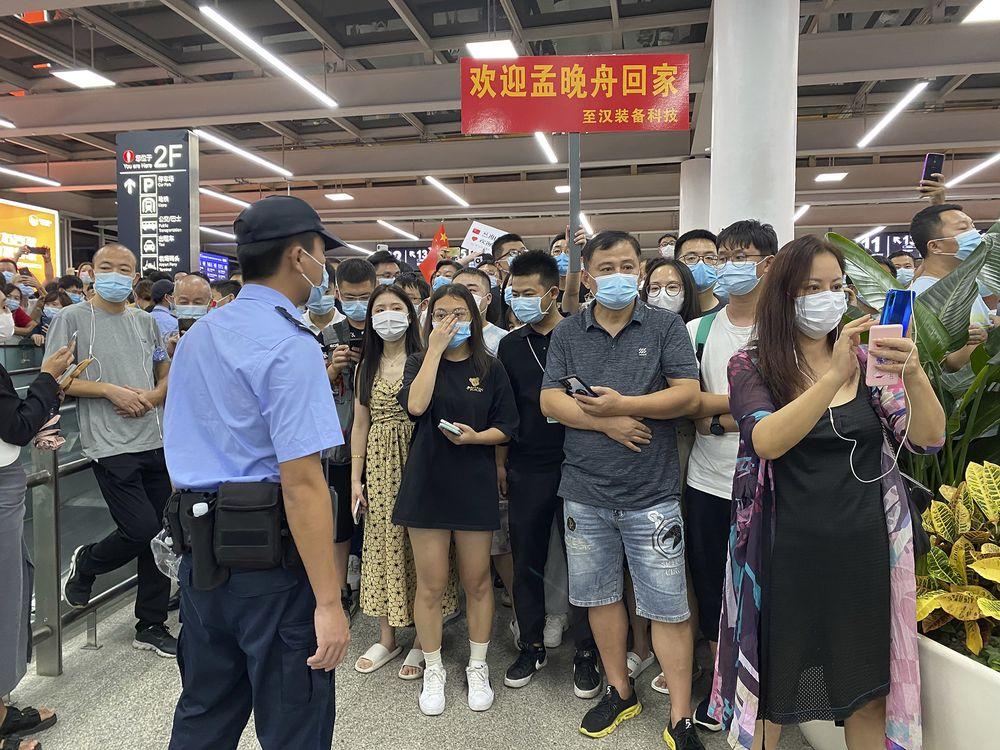 'Công chúa Huawei' trở về Trung Quốc như người hùng: Người dân hát đồng ca, thắp sáng cả tòa nhà cao nhất Thâm Quyến để chào đón - Ảnh 1.