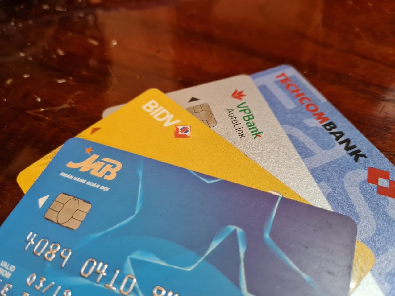 Khách vay qua thẻ tín dụng sắp được giữ nguyên nhóm nợ, miễn giảm phí và lãi - Ảnh 1.